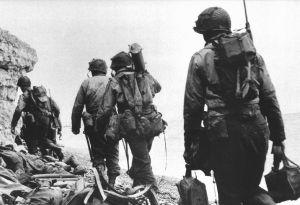 1280px-soldiers_at_pointe_du_hoc